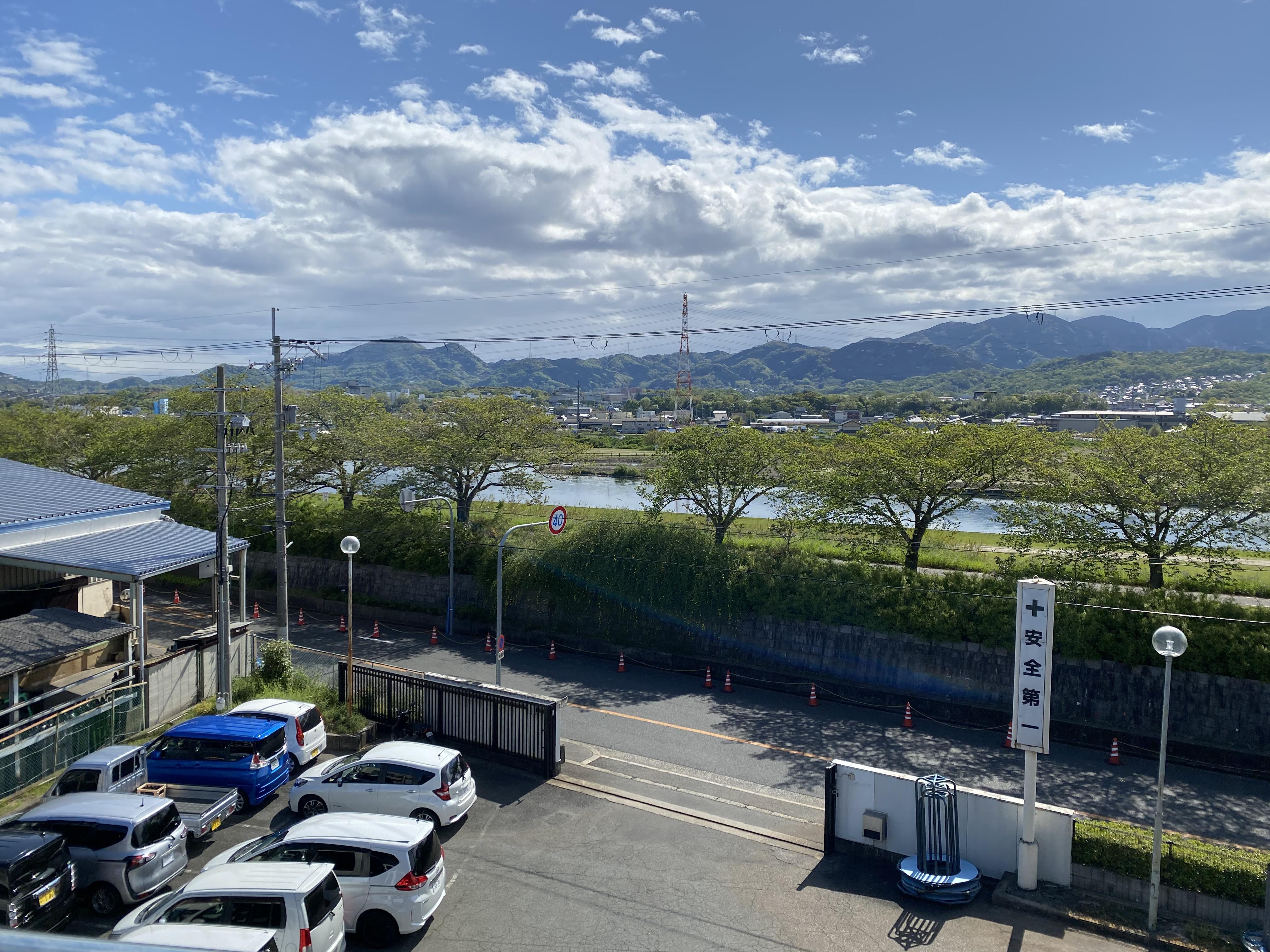 工場の隣の石川が見える